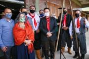 Festejos Farroupilha: Vereadores participam de distribuição da Chama Crioula