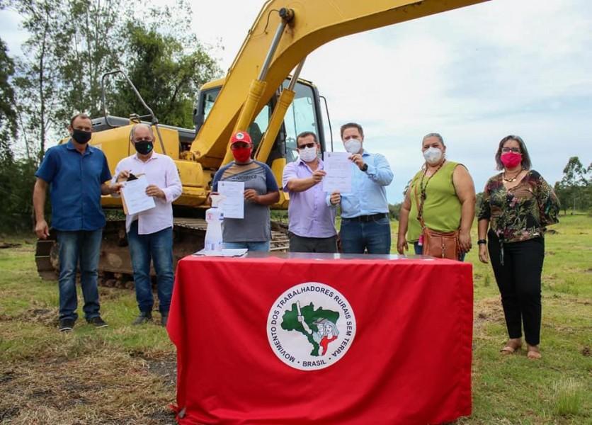 Obra da quadra poliesportiva do Assentamento Santa Rita de Cássia II é iniciada